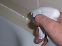 Silikonfuge mit Wasser und Spühlmittel benetzen.
