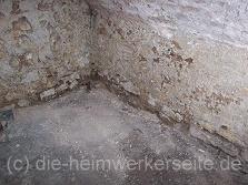 Einfacher Lehmboden im Gewölbekeller.