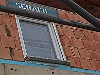 Fenster einbauen.