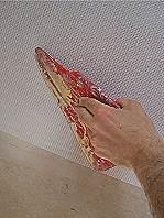Glasfasertapete - Andrücken mit einem Spachtel.