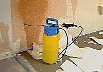 Sprühgerät zum Wässern der Tapete.