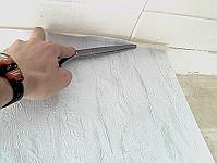 Tapezieren - Markierung mit dem Schrenrücken.
