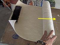 Tapezieren - Abrollen der Tapete.