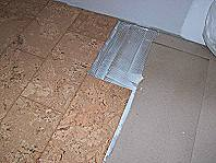 Kleber aufbringen und den Korkboden einlegen.