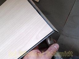 Dann wird das Messer von unten angesetzt und der Vinylboden durchtrennt.
