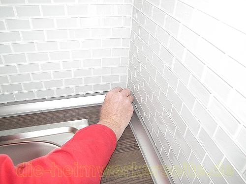 Küchenabschlussleisten auf Arbeitsplatte befestigen ›