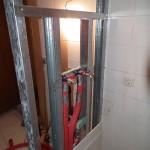 Duschwand in Trockenbauweise, im Inneren verlaufen die Wasserleitungen.