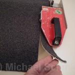Diese Streifen können dann in den Teppichsockel eingeklebt werden.